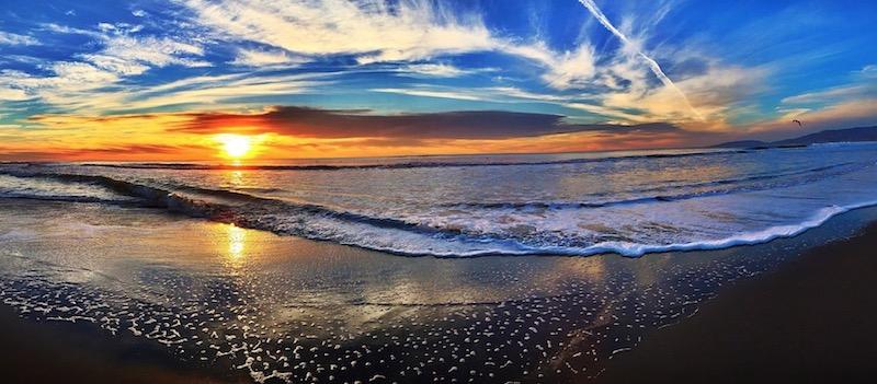 pemandangan tepi pantai yang mengagumkan